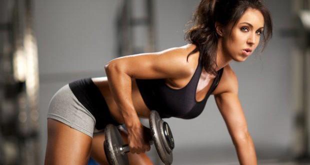 mulher treinando musculação