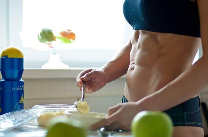 Mulher preparando refeição pós treino